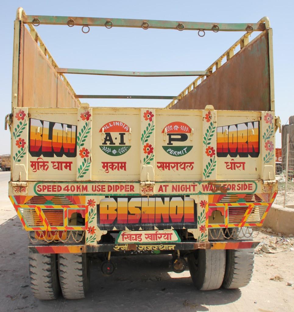 Open vrachtwagens, laadbakken; zelf de wagens achter tractoren zijn een plaatje!