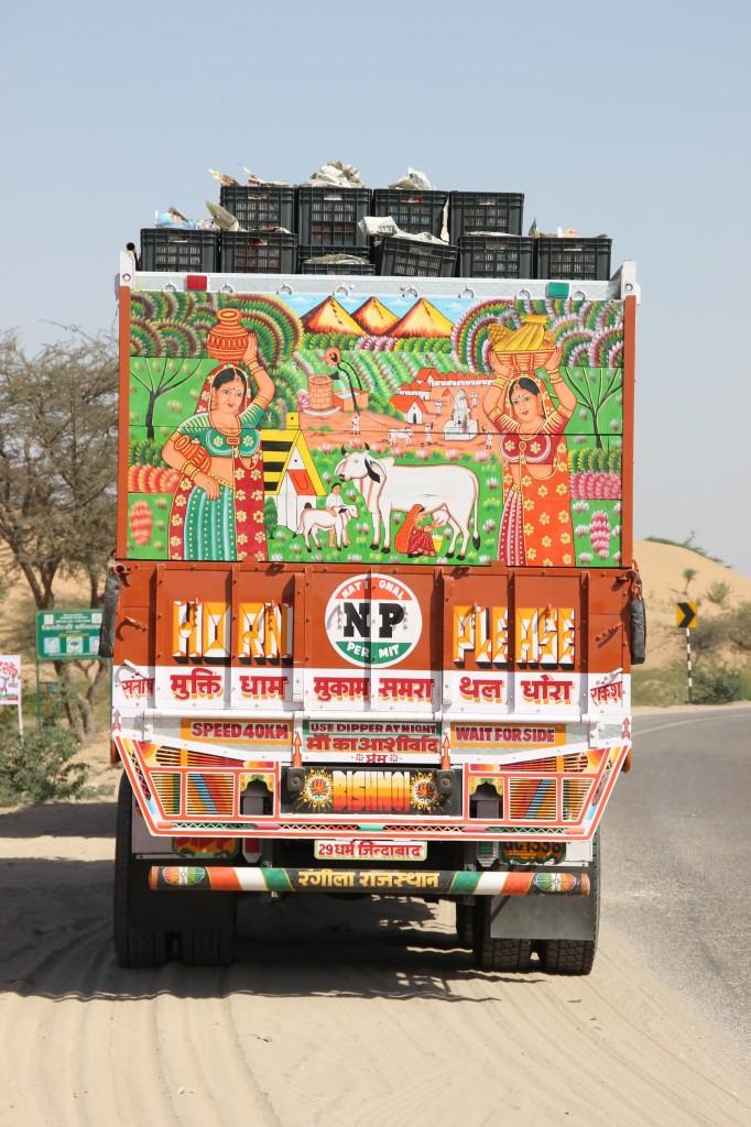 Vrachtwagens in India zijn meestal mooi beschilderd, maar dit is wel een pracht exemplaar!
