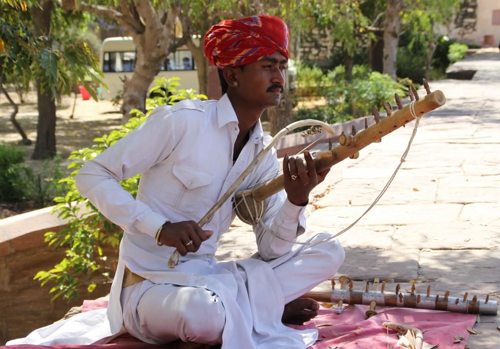 Buiten het paleis zit een muziekant, die met een vreemdsoortige strijkstok op een snaarinstrument speelt. Ik weet nog steeds niet hoe het instrument genoemd wordt!