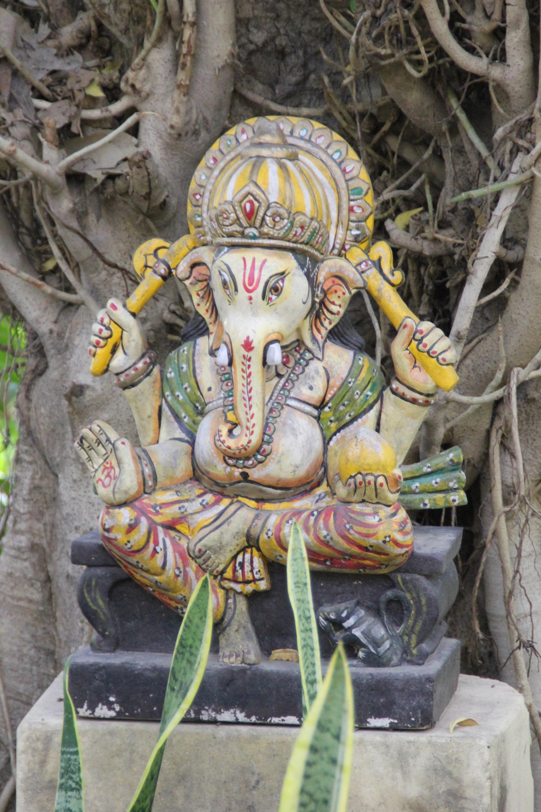 Ganesh (de god met het olifantshoofd) is de god van kennis en wijsheid, neemt hindernissen weg en is de beschermer van reizigers. Hindoes bidden tot Ganesha vóór ze aan iets nieuws beginnen, bijvoorbeeld een verhuizing of een nieuwe baan.