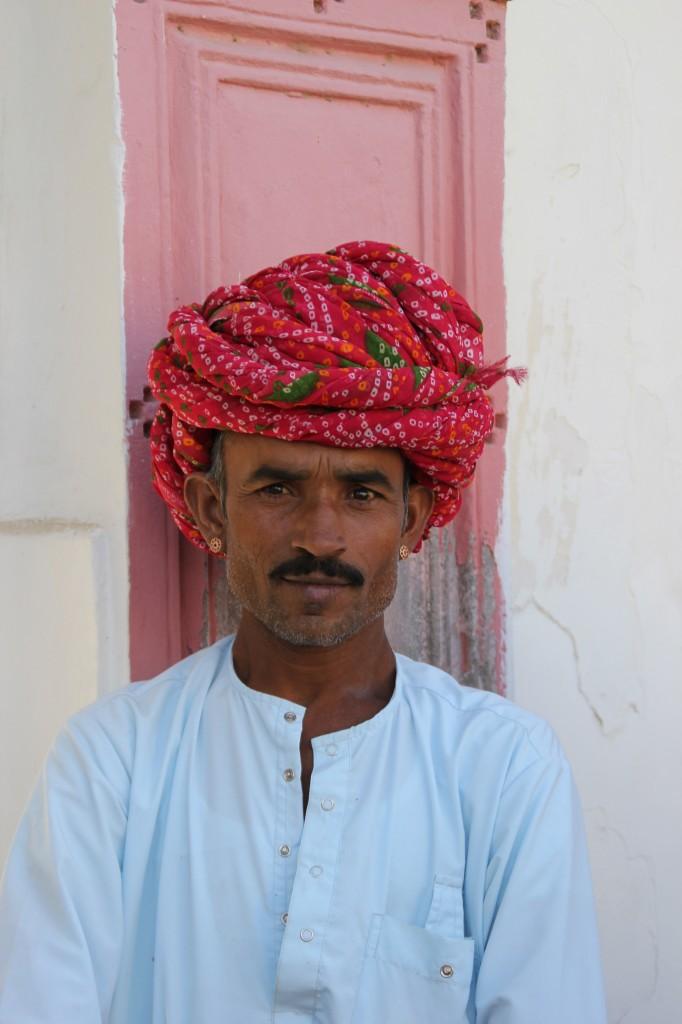 We worden op een platte kar (niet echt comfortabel) door het dorp gereden. Maar wat een prachtige man is 'onze' kamelen-rijder.