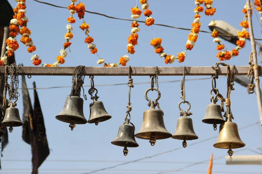 Bij de tempels of altaartjes komen we regelmatig klokken of klokjes tegen. Door de bel te laten luiden, worden de goden opmerkzaam gemaakt op het leven van de mensen zie ze luiden.